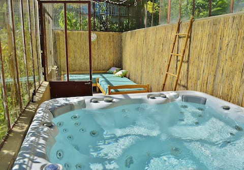 Grand studio indépendant jacuzzi piscine parking
