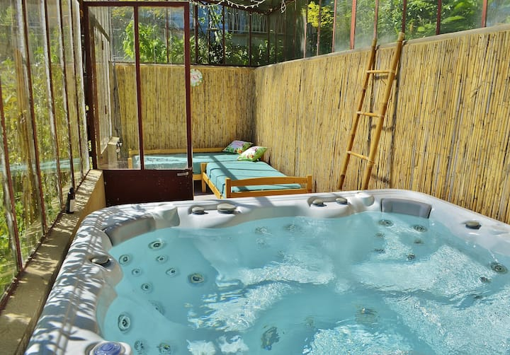 Grand studio indépendant jacuzzi piscine parking