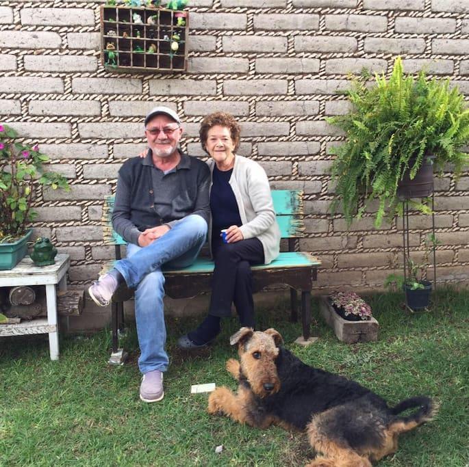 Rebeca mi esposa, yo Juan Gerardo y Watson que algunas veces lo tengo de visita
