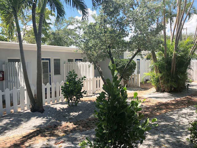 Classic Delray Apt close to Downtown and Beach