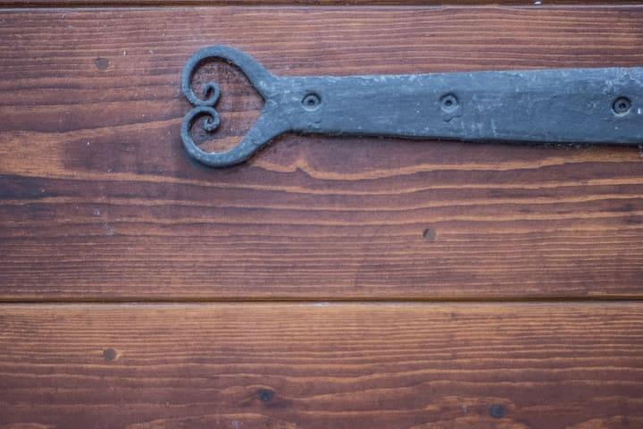 Particolare della porta: ferro battuto originale, realizzato nell'800 da un fabbro locale.