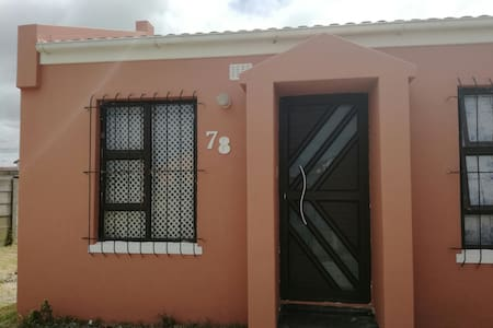 Spacious room,secure parking.clean - Cape Town