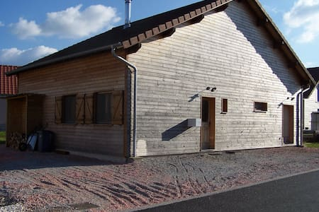 Maison individuelle en bois dans petite campagne - Éternoz