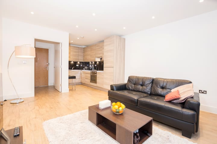 New Build Luxury Apt *20 min to Centre* London!