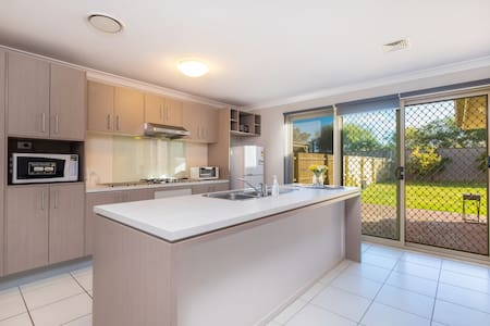 Warm Whole House near Bankstown Station(7 Bedroom) - Bankstown - Villa - 1