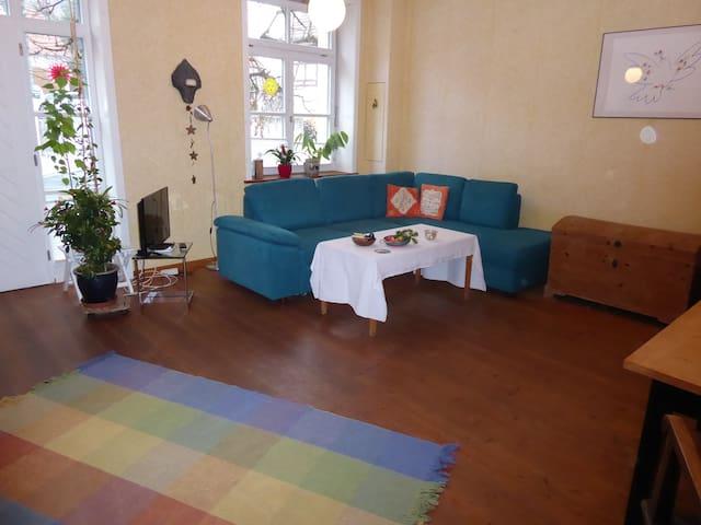 Der große Wohnraum bietet Platz für bis zu 4 Personen