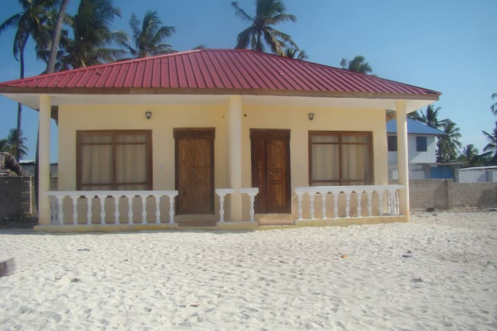NUNGWI YELLOW BUNGALOW ON BEACH 1P WITH AC - Nungwi - Bed & Breakfast