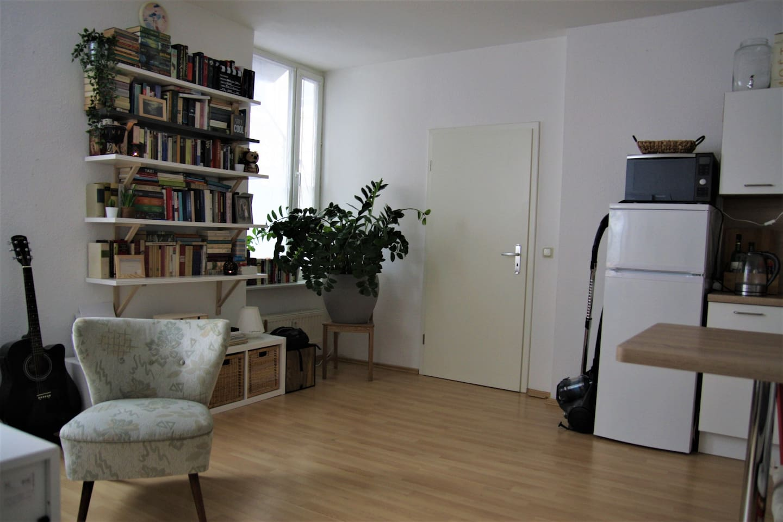 Tür zum Flur & Bücherwand