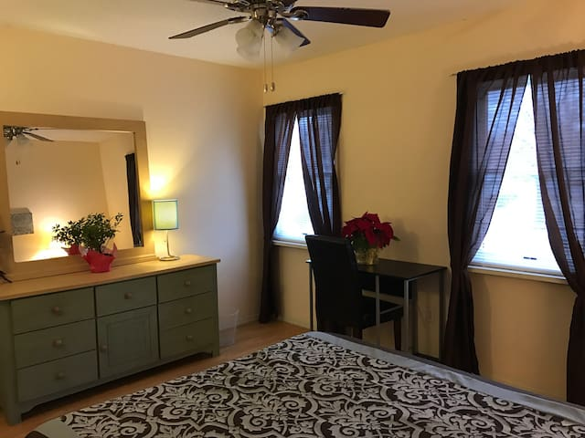 Sweet move in ready room available - Saint Louis - Huis