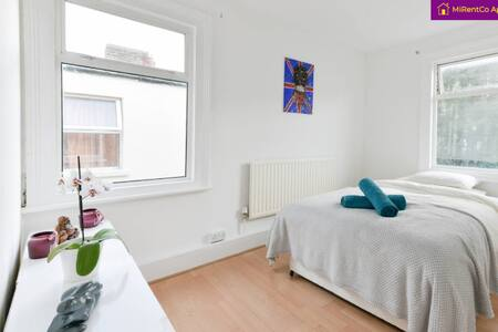 >Come stay with us, double room in Kensal Green!<