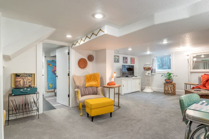 Vintage-Modern Large Hawthorne Suite. A+ location