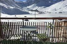 Balcon plein sud, vue sur le lac et le glacier de la Grande Motte (hiver)