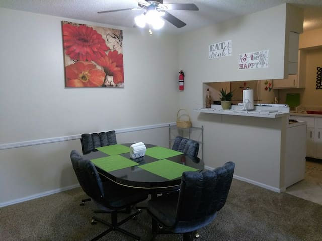 Lovely, Clean, Colorful, Cozy 2B/2B - Oklahoma City - Wohnung