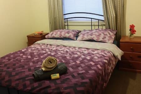 Double bed room close to the city - Maison
