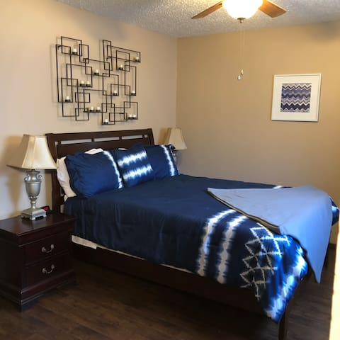 Comfortable Apartment w/Parking Near Downtown & OU