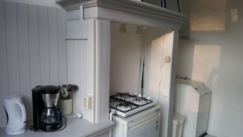 Keuken voorzien van vaatwasser en wasmachine