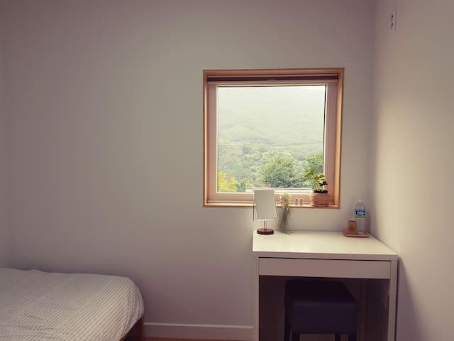 생각해방 싱글침대와 수납장 + 개별욕실