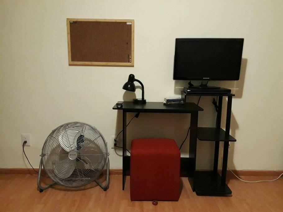 La habitación cuenta con una mesa y su banco para sentarse, lámpara para estudio, tv, dvd y un cable conexión a ethernet.