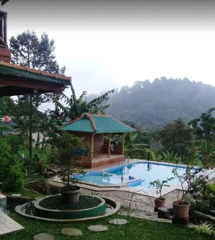 Clean Villa with Four Bedroom at Pondok Lariska