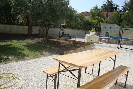1 chambre dans Villa  rénovée de 95m2 +piscine - Saint-Saturnin-lès-Avignon - Hus