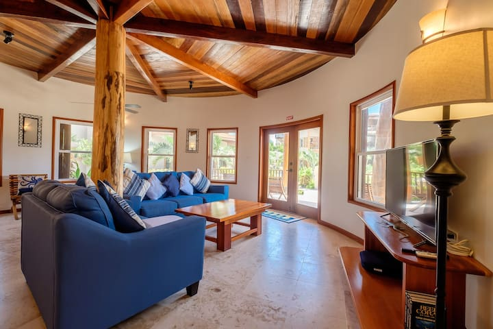 Summer deal! Gorgeous vacation home, right on the beach!
