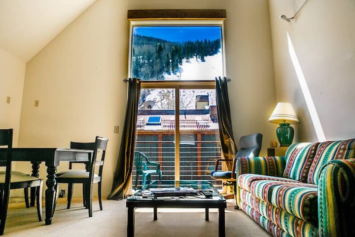 Ski In/out - 100 steps to the lift. 2Br/2.5 Bath