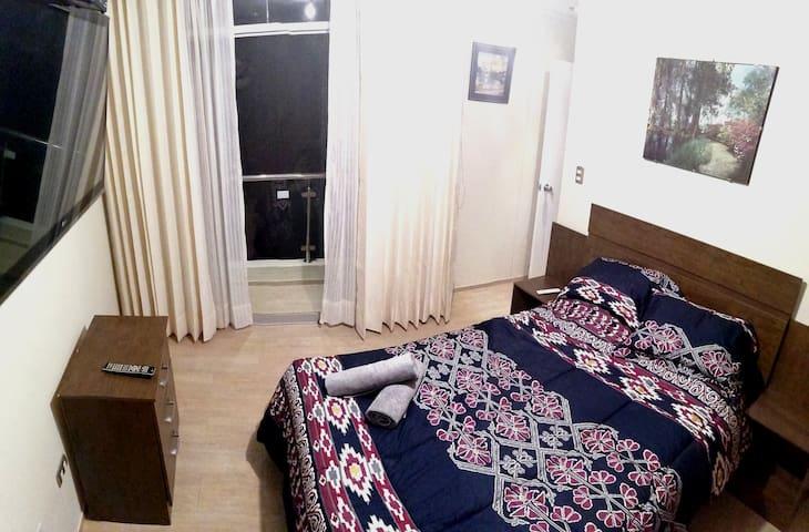 Habitación principal con cama de 2 plazas, closet y TV.