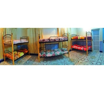 Shared room, six beds, clean . - Hus