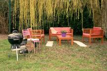 Salon et tables de jardin. barbecue sous le saule pleureur