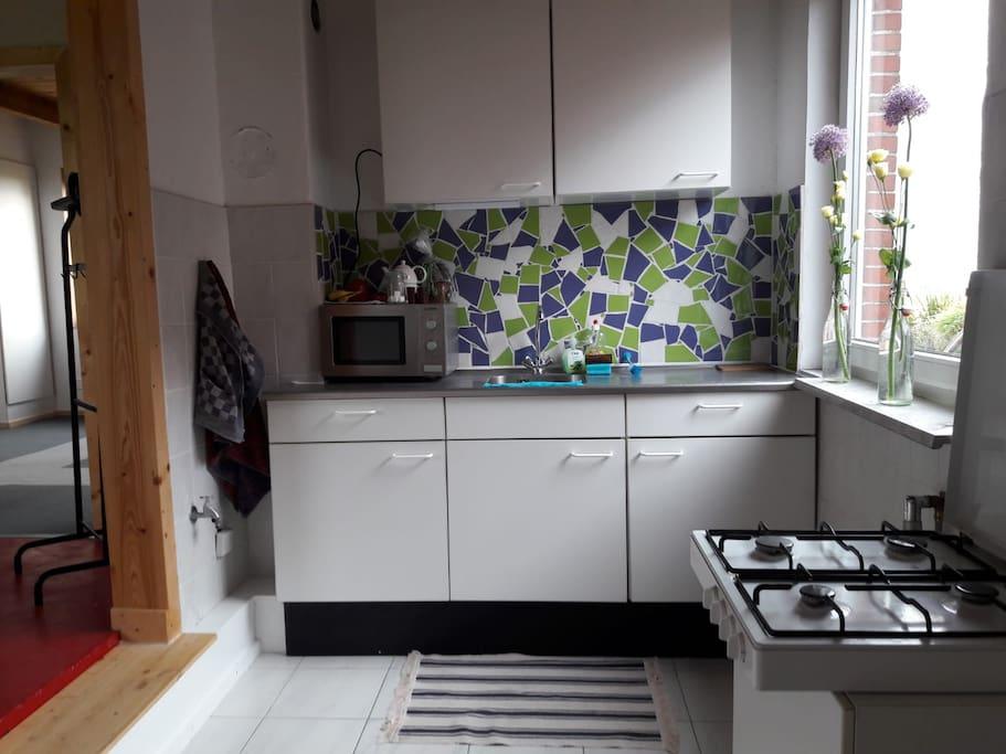Keuken, met basis kookgelegenheid. Magnetron en koffiezetapparaat. Pannen, borden, kopjes en bestek etc aanwezig.