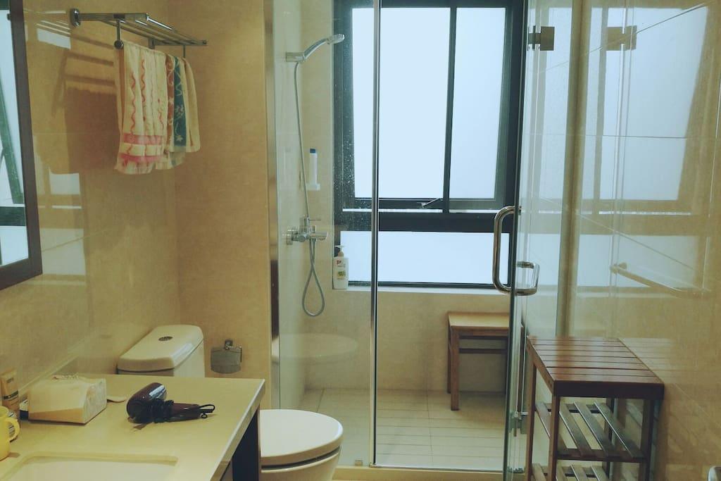 独立的卫生间:洗漱用品基本备齐。毛巾牙刷牙膏洗头膏沐浴乳吹风机都有。