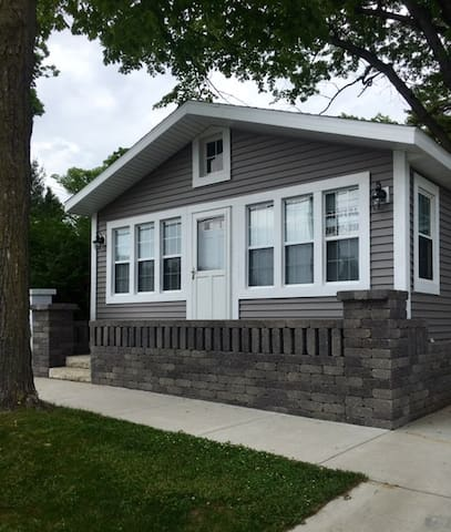Perfect 2 Bedroom Cottage Steps From the Beach - South Haven - House