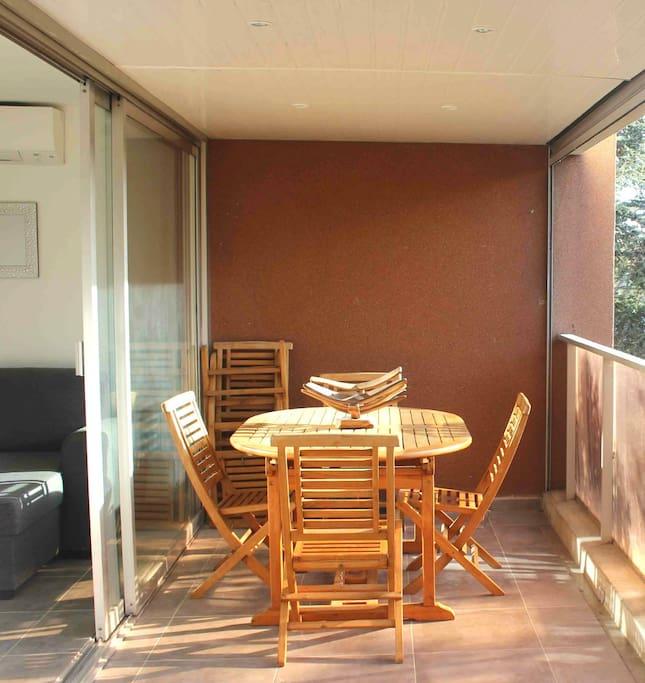 La terrasse avec salon de jardin pour profiter des belles journées d'été