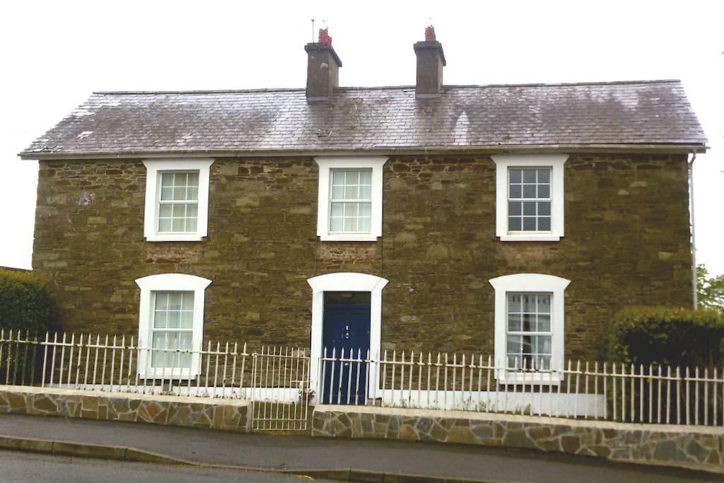 Hillgrove House, la grande casa di pietra con la porta blu