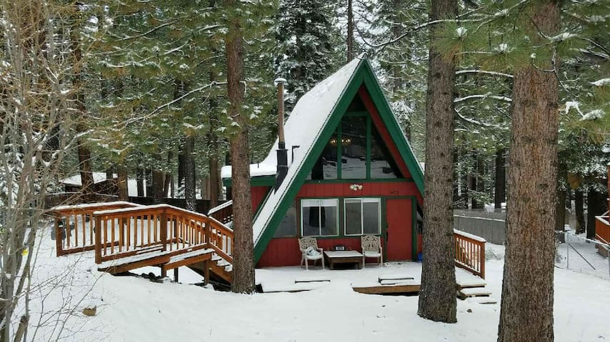 Cozy cabin w/ easy access to Pioneer Trail & HW50 - South Lake Tahoe - Chalet
