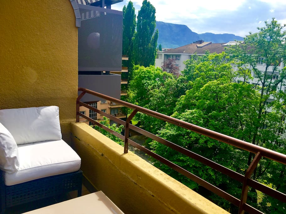 Balcony of 6 m.2., with part mountain view. Equipped with 2 armchairs and a table. Perfect for suntanning and having lunch/dinner.