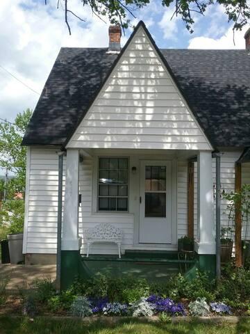 Midcentury Townhouse - Orange - Ház