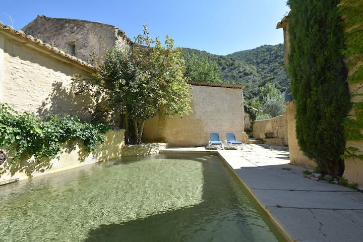 Hermosa villa con piscina privada vallada a poca distancia del río y cerca de un hermoso pueblo