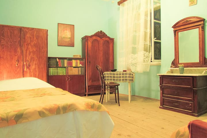 Komiza Authentic Old House Room 1