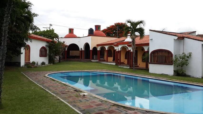 ESPECTACULAR RESIDENCIA (ACEPTAMOS TARJETA) - Tres de Mayo - Casa