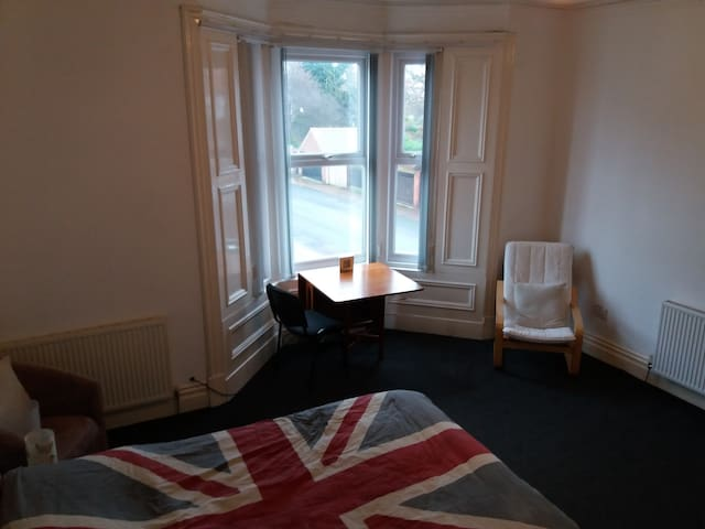 Large room with a double and a single bed. - Sunderland - Haus
