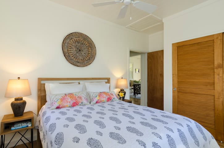 Ho'ona Hale second bedroom with queen bed