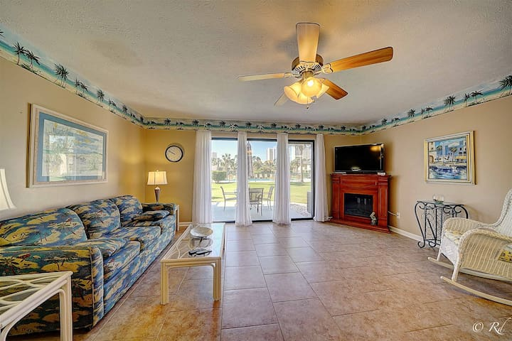 Beautiful Townhouse! Just Few Steps Away From The Beach