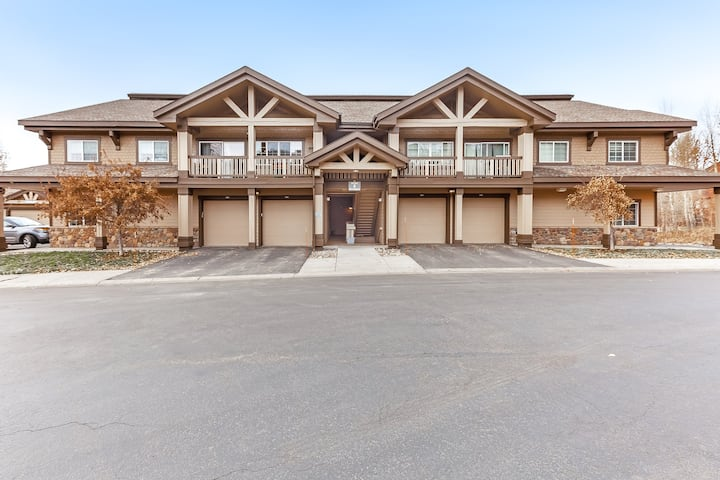 Mountain condo w/ a full kitchen, fireplace, deck, & gas grill - close to skiing
