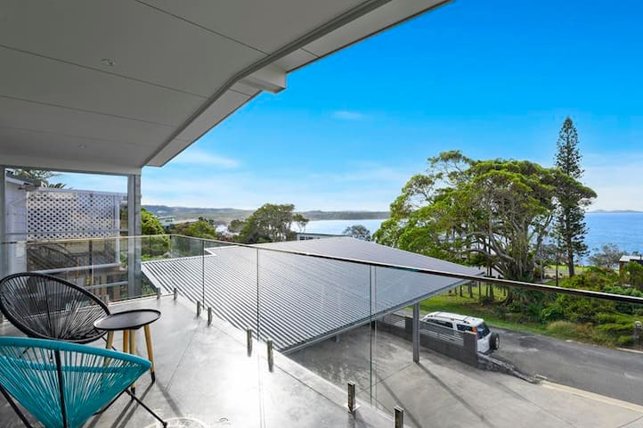 Spectacular Views, 5 bedrooms-conveniently located