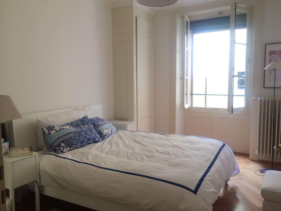 Bedroom with queen size bed (1/2)