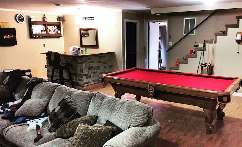 1/2 bedrooms with pool table - Knoxville - Talo