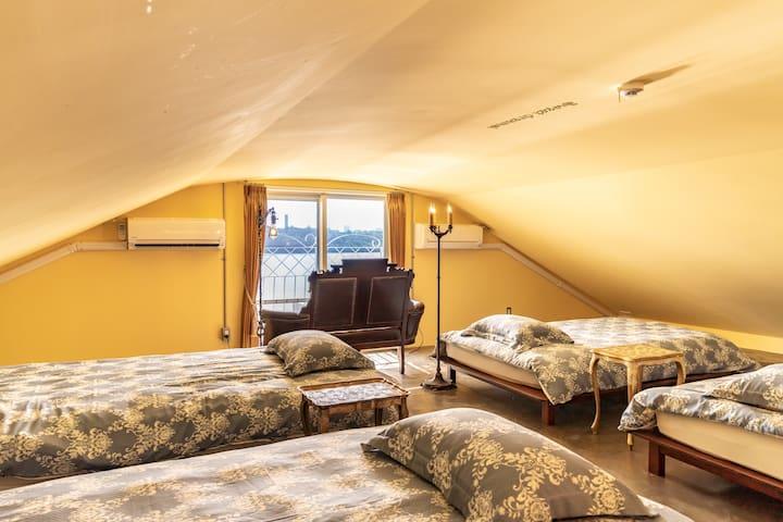 A loft with 4 single beds is like an adult secret base.  4台のシングルベッドがあるロフトはまるで大人の秘密基地のようです。