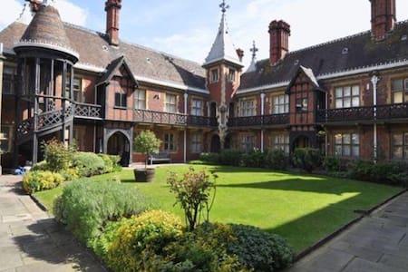 Stunning Bristol Neo-Gothic Studio - Apartamento