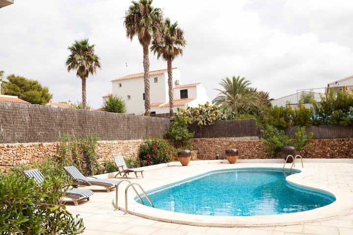 Casa con piscina y jardín, cerca del Fornells.